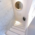 階段:オシャレな階段を下ってジムへ。